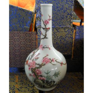 Chinese Famille Rose Porcelain Vase,  Qing Dynasty Yongzheng Mark Vases photo