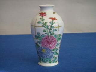 Chinese / Japanese Oriental Porcelain Vase - Antique Famille Rose photo