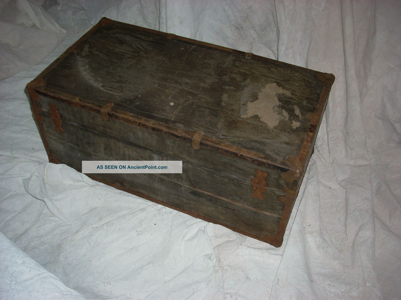 Wooden storage trunk with lock