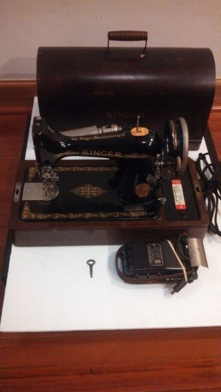 Singer Sewing Machine With Wood Case Vintage 1926 photo
