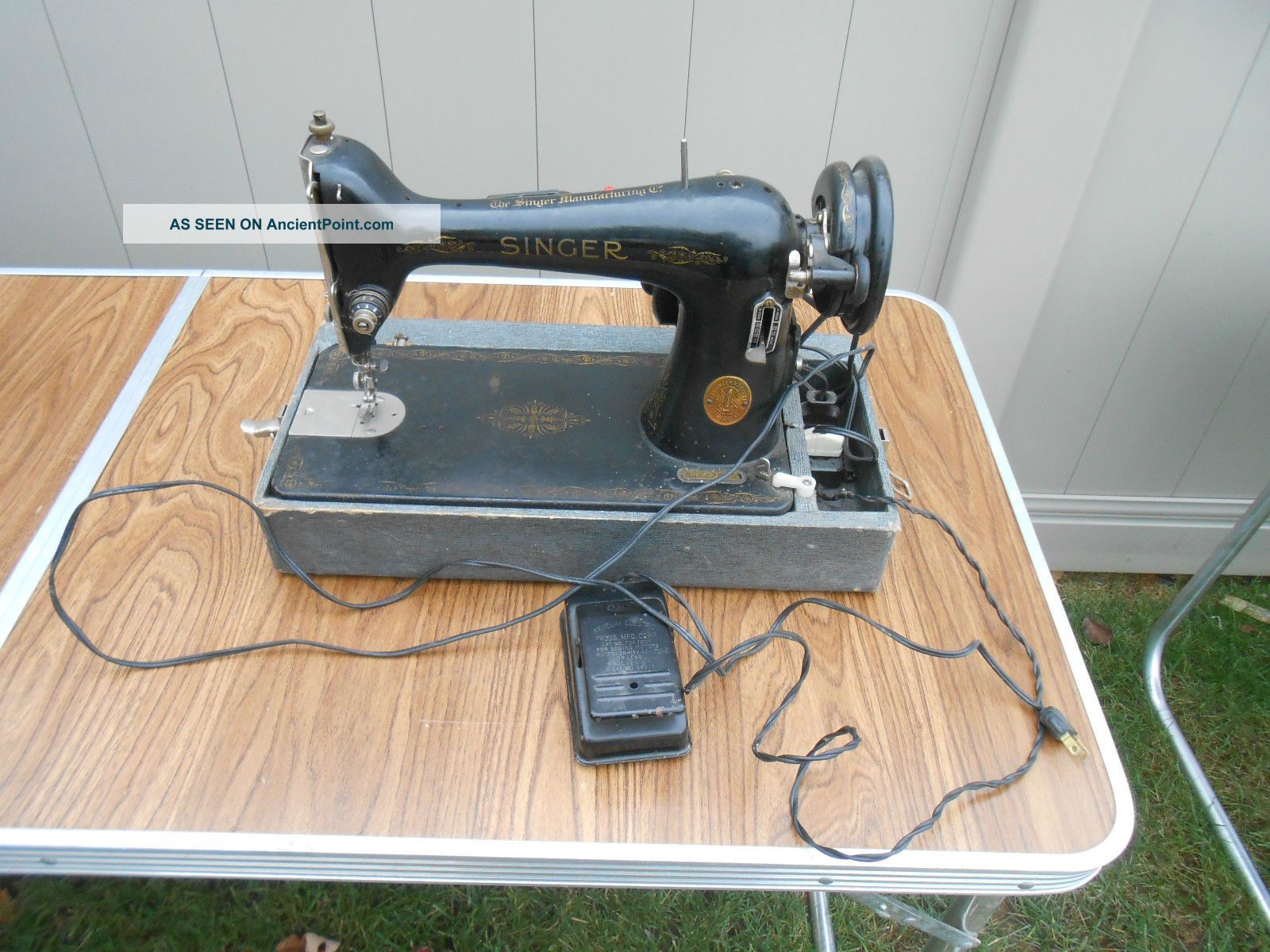 L654 - Vintage 1947 Singer Model 66 Sewing Machine.  Electrified Sewing Machines photo