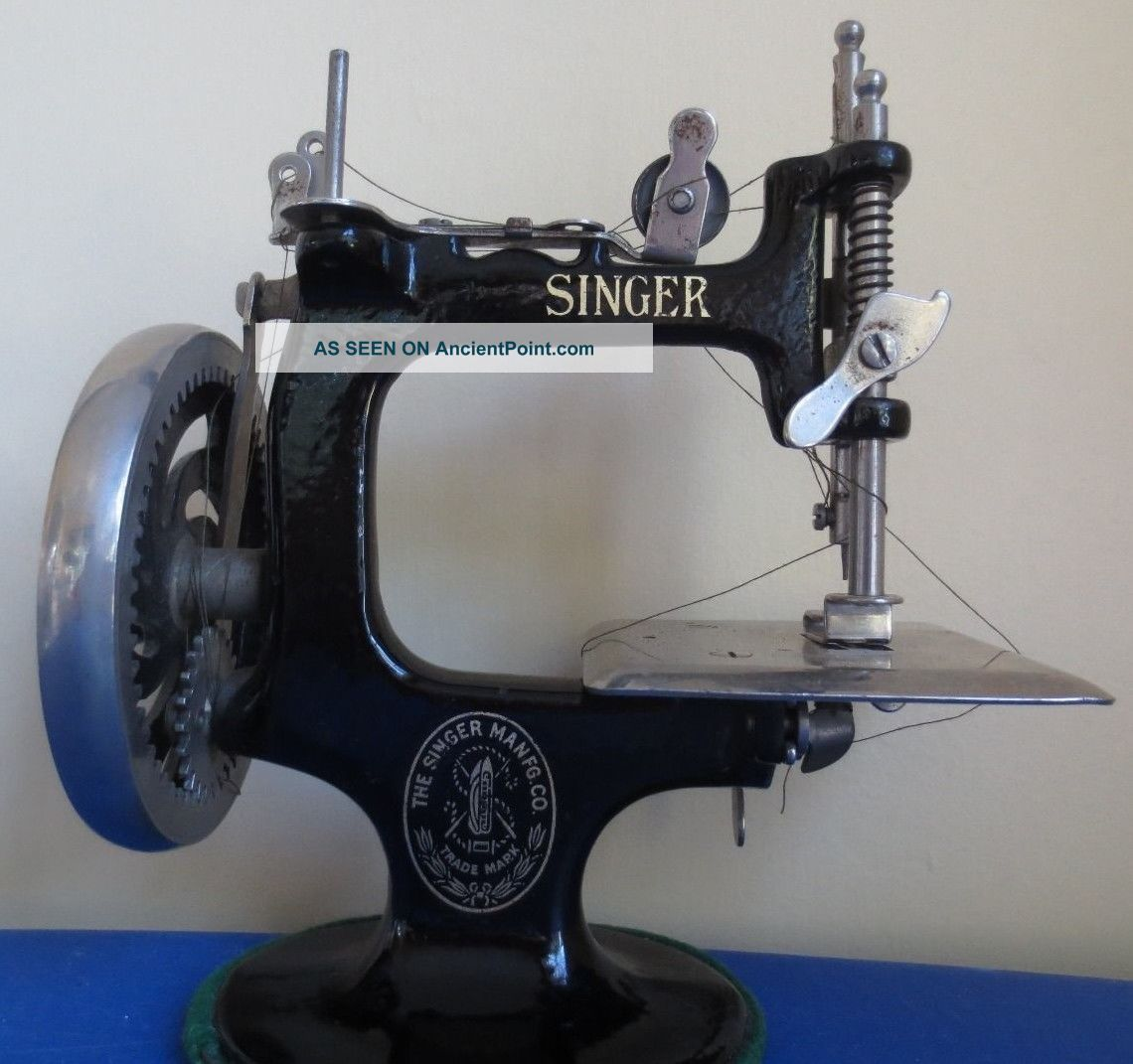 Antique Small Black The Singer Mfg Co Metal Iron Hand Crank Sewing Machine Sewing Machines photo