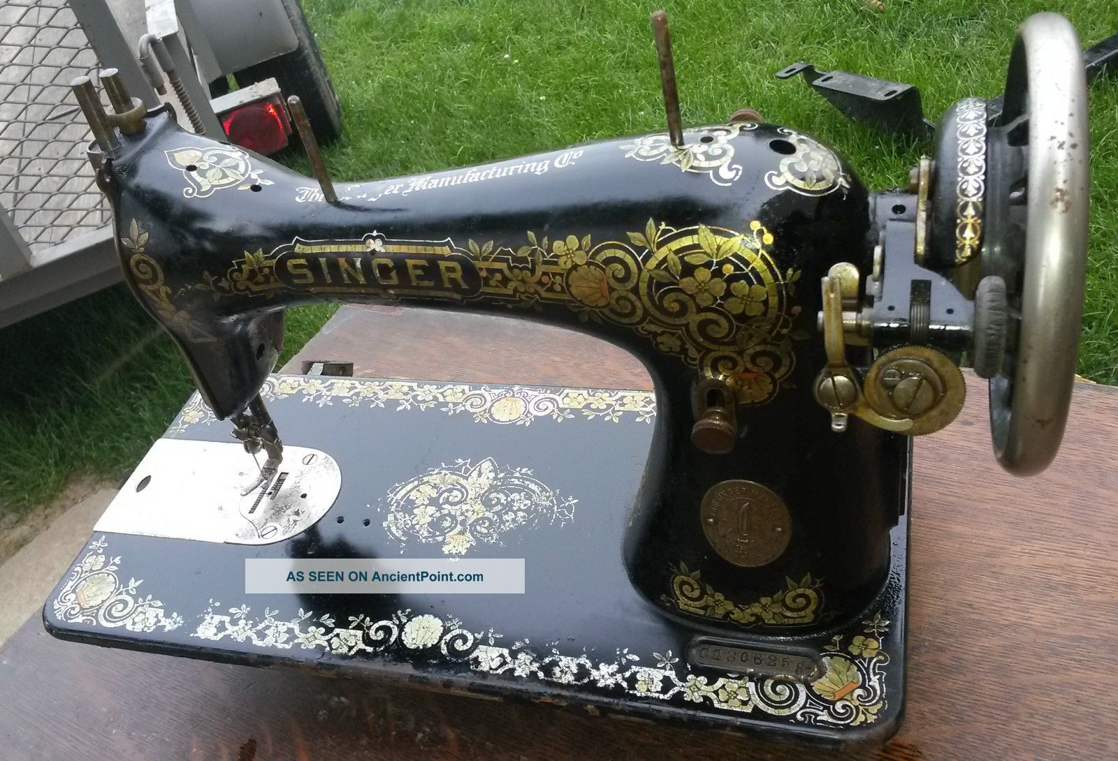 Antique Singer Sewing Machine (1908) Tiffany Model 28/128 Sewing Machines photo