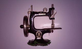 Antique Cast Iron Hand Crank Child ' S Toy Singer Sewing Machine Model 20 photo