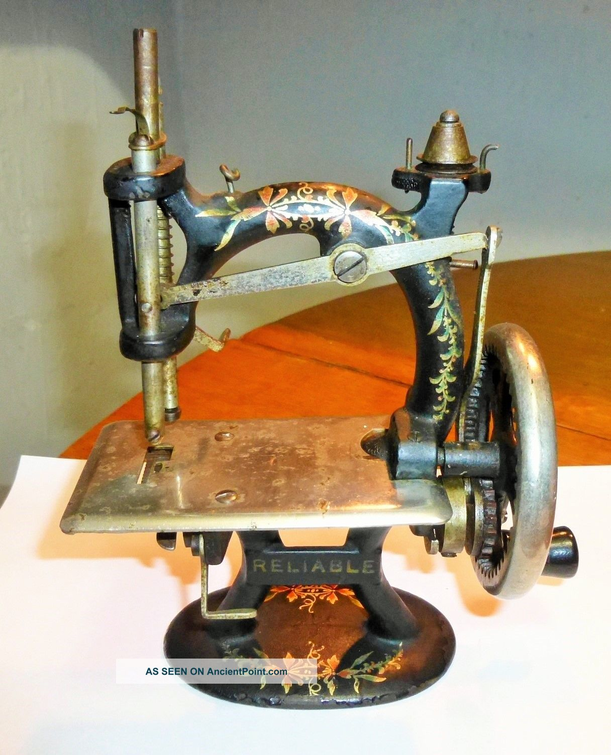 Vintage Foley & Williams Reliable Miniature Toy Hand Sewing Machine - Ex Cond Sewing Machines photo