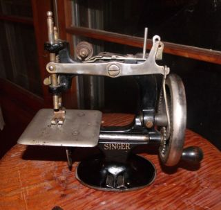 Singer Toy Sewing Machine Model 20 Cast Iron Black Enamel Hand Crank - Vintage photo