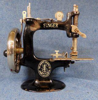 1920s Child ' S Singer Sewing Machine Model 20 Hand Crank photo