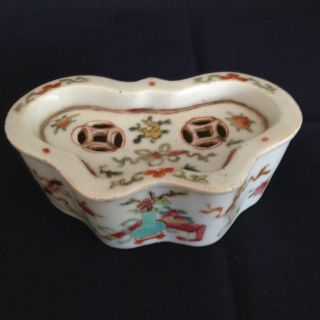 A Chinese Antique Famille Rose Porcelain Box photo