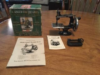 Rare 1910 Antique Vintage 1st Model Singer 20 Small Child Toy Sewing Machine See photo