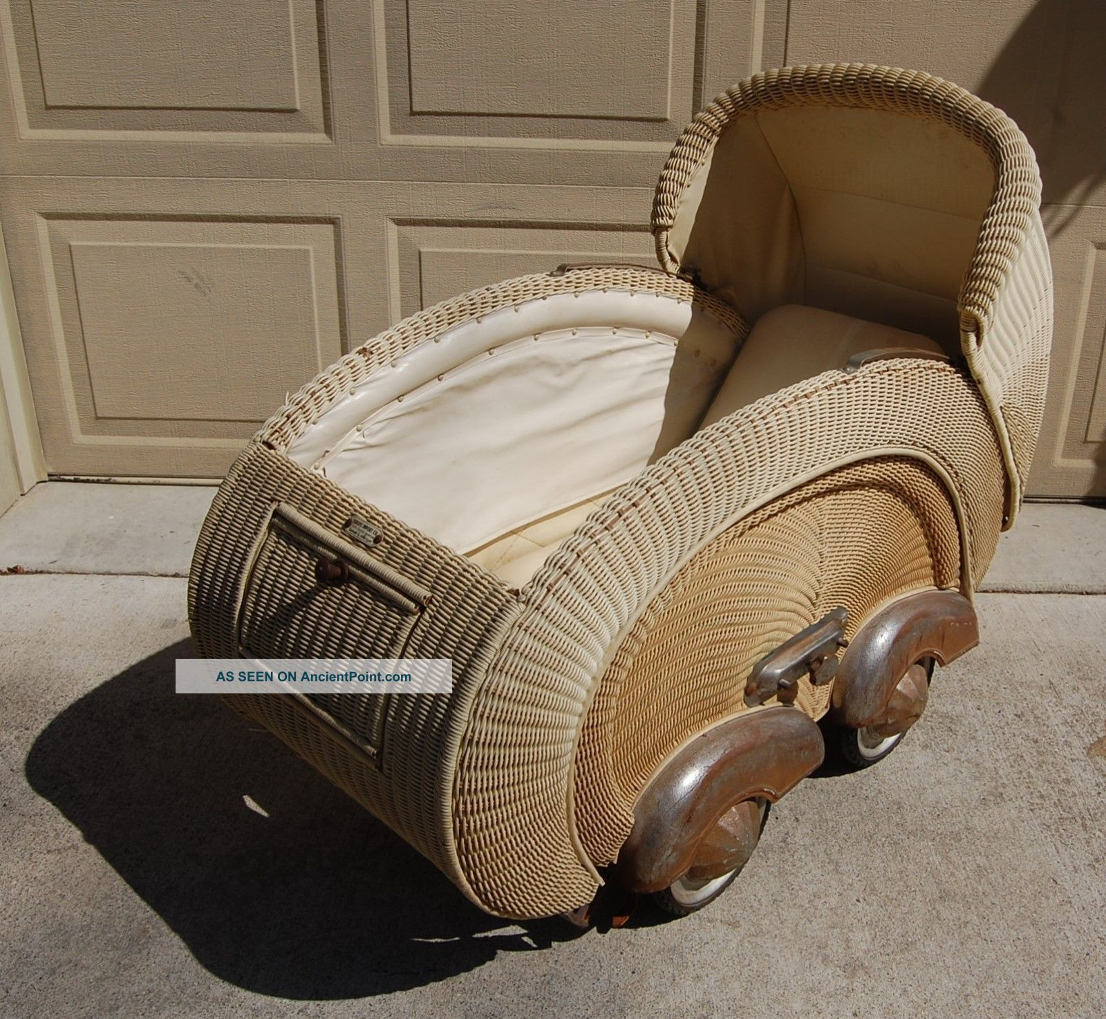 Vintage Cream Wicker Baby Stroller Buggy With Metal Fenders,  Spring Suspension Baby Carriages & Buggies photo