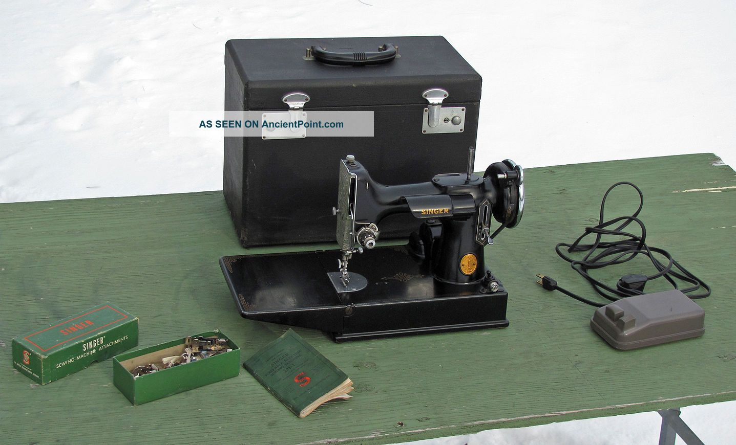 Antique 1946 Singer Featherweight 221 Sewing Machine Scroll Face Rare Sewing Machines photo