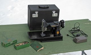 Antique 1946 Singer Featherweight 221 Sewing Machine Scroll Face Rare photo