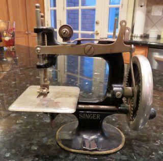 Singer Child ' S Children ' S Toy Sewing Machine Model 20 Hand Crank Cast Iron photo