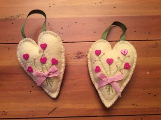 Prim Wool Felt Penny Rug Valentine Ornies Bowl Fillers Cream Hearts With Flowers photo