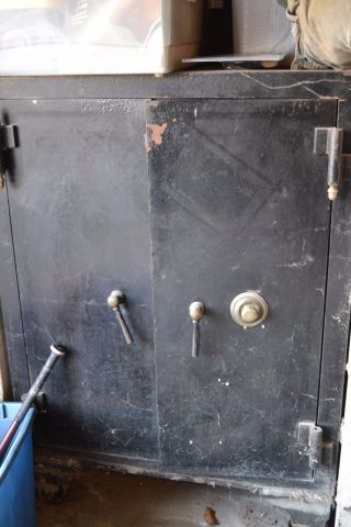 Antique Iron Floor Safe Rolling Combination Yale Lock,  Torrington - Winchester photo