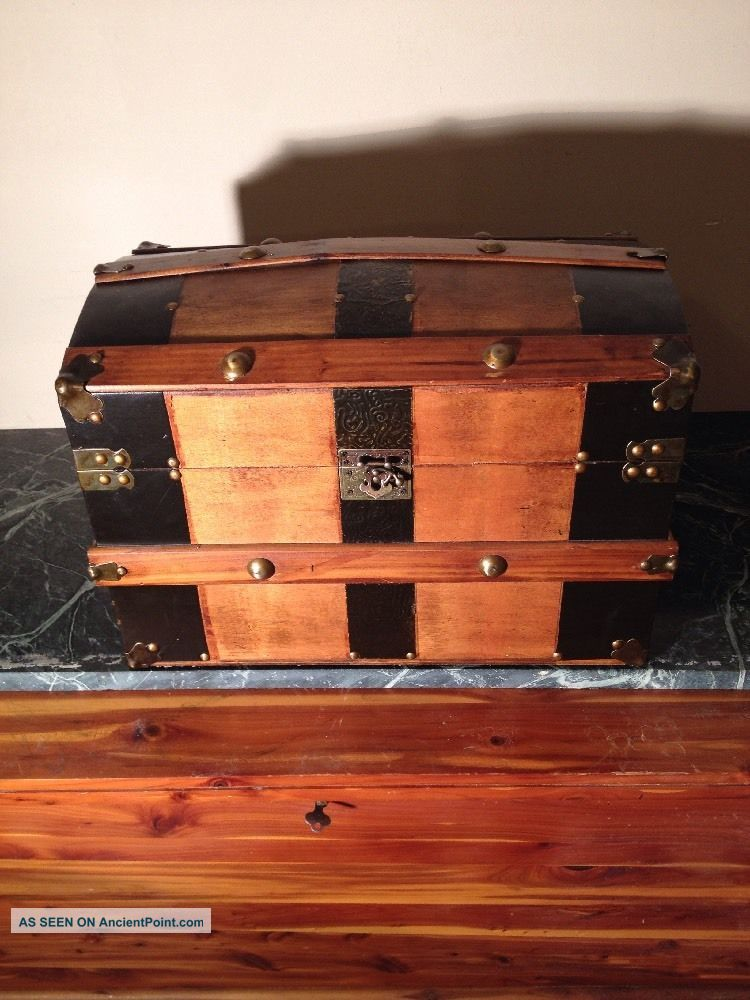Antique Vintage Dome Humpback Wood Brass Banded Victorian Trunk 18